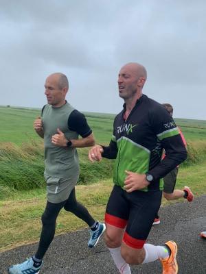 De kersverse aanwinst van FC Groningen Arjen Robben loopt een stuk Ironman marathon mee met Joeval Benjamins